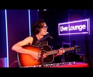 The 1975 - What Makes You Beautiful (versión de One Direction, Live Lounge, 2013)